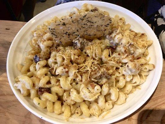 Del Mar, CA: Huge serve of Mac & Smoked Gouda...terrific flavor!