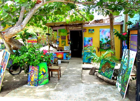 Placencia, Belice: Best art collection, over 40 local artists, attentive and knowlegdable service!