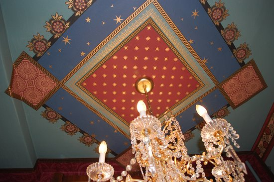 Schuster Mansion Bed & Breakfast: Guests enjoy this ceiling above the whirlpool
