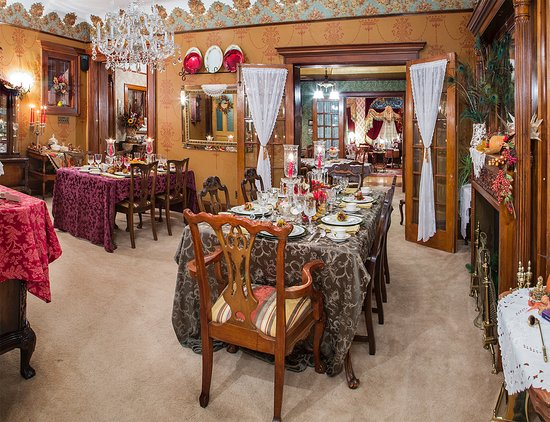 Schuster Mansion Bed & Breakfast: The Gran Dining Room is a wonderful place to enjoy your breakfast in the morning.