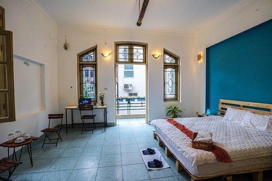 Lily Homestay Vong Thi: Nội thất phòng ngủ 402 với kiến trúc cửa sổ ban công hình vòng cung
