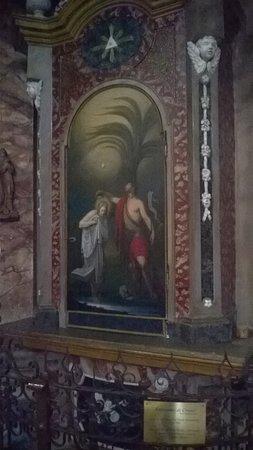La facciata con la statua in marmo bianco della Madonna