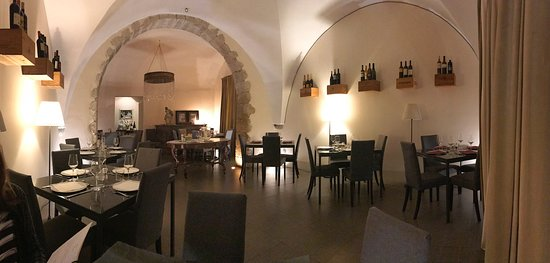 Canicatti, İtalya: Beautiful vaulted ceilings, quiet music, perfect lighting. Intimate without feeling crowded
