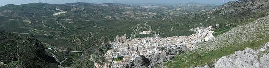 Zuheros, Spain: Views from the mirador behind the village on the road that passes the zoo. Parking for a couple