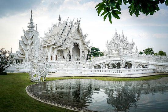 Wat Rong Khun: And the spot behind the gate where everyone takes this same pic, but isn't it a stunning pic?