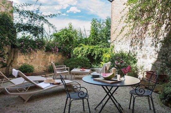 Castelmuzio, Italia: Private garden with outside dining area for guests of Il Nido