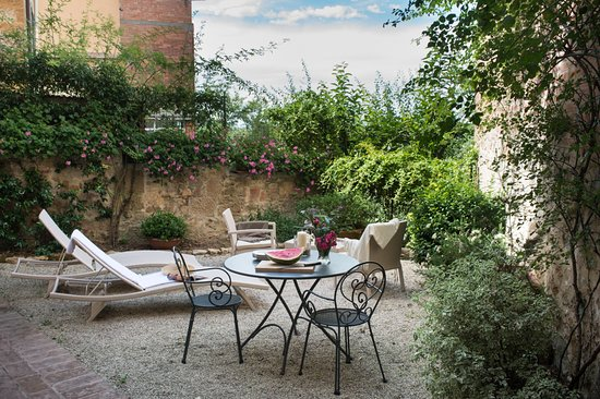 Castelmuzio, Italy: Private garden with outside dining area for guests of Il Nido
