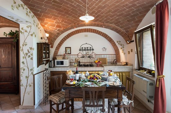 Castelmuzio, Italy: Kitchen and dining area of Il Nido