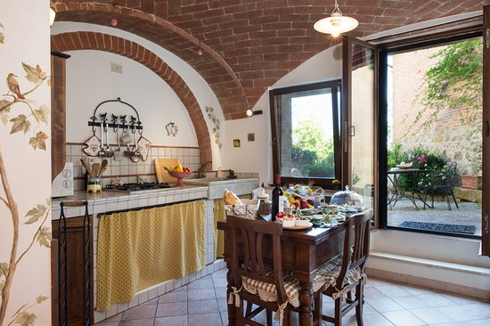 Castelmuzio, Italy: Kitchen and dining area of Il Nido, with walk-out to the private garden