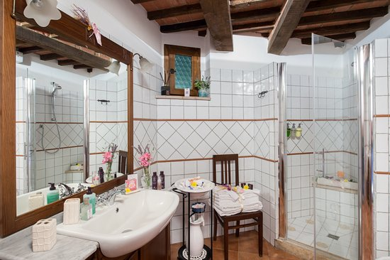 Castelmuzio, İtalya: Spacious bathroom of Il Nido