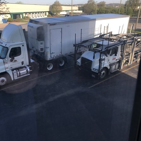 La Vergne, TN: You get to toss and turn with these trucks idling all night if your room is near 101,201,301,100