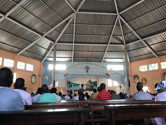 Joal Fadiouth, Senegal: La chiesa principale, poco prima dell'inizio della funzione per la Santa Pasqua.