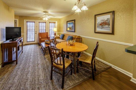 Holiday Inn Club Vacations Oak n' Spruce Resort: Living area