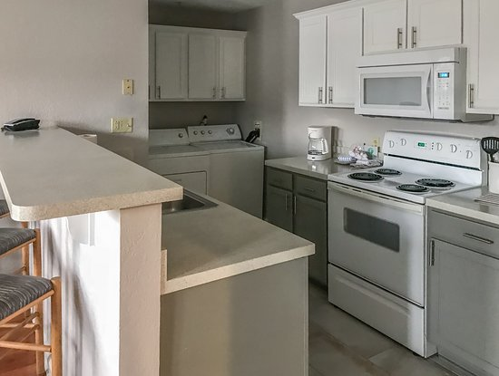 Holiday Inn Club Vacations Oak n' Spruce Resort: Fully equipped kitchen and in-unit washer and dryer