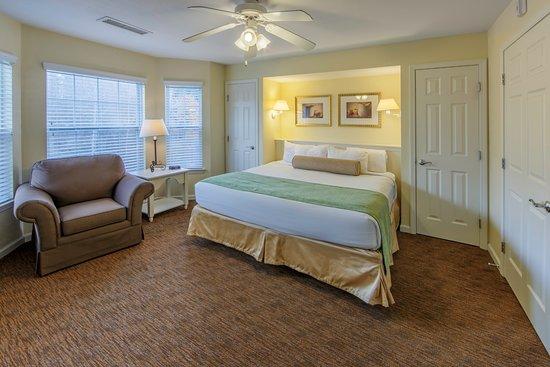 Holiday Inn Club Vacations Oak n' Spruce Resort: Master bedroom