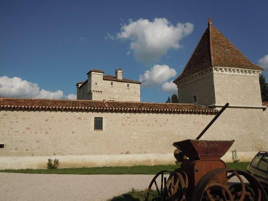 Auch, France: Le château de Herrebouc abrite les chais du domaine de Herrebouc