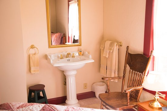 A Day in the Country B&B: Red Quilt Room Pedestal Sink