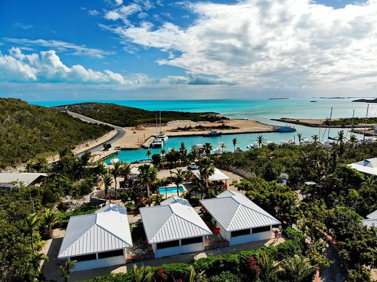 Harbour Club Villas & Marina: Villas with pool and the ocean at Cooper Jack Bay