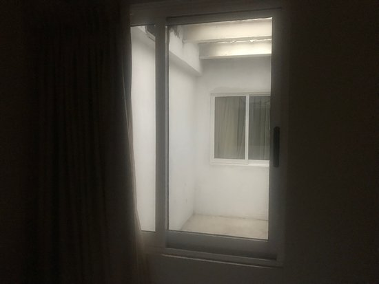 Quality Inn Mazatlan: Air shaft view from guest room: Is this what you want on vacation?