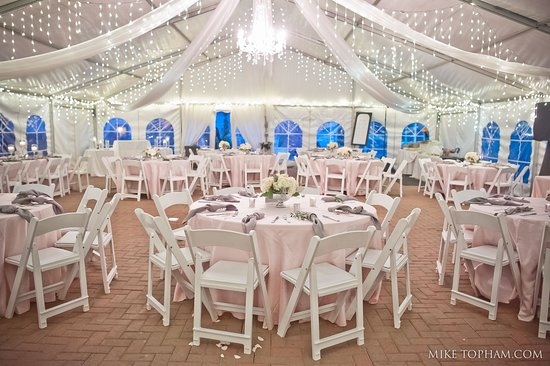 Providence Forge, Βιρτζίνια: Our permanent tent includes magical lighting and drapery. Photo by Mike Topham Photography