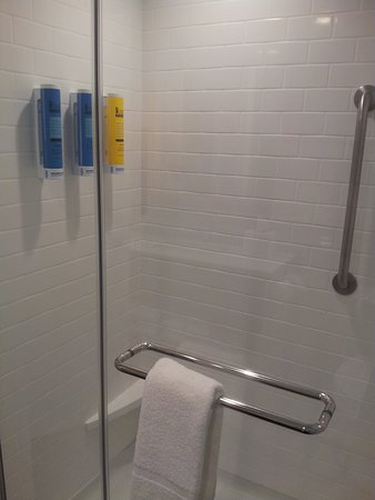Farmville, VA: Very large walk-in shower without the little sample bottles which are not very green