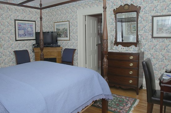 Hopewell Junction, NY: Jacqueline Dores guest room with electric fireplace