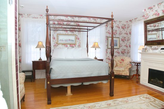 Hopewell Junction, NY: Valerie Ann Guest Room with electric fireplace