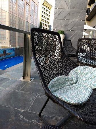 ILUNION Atrium : Terraza muy cómoda con vista a la piscina.