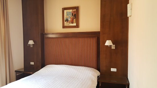 Gloria Hotel: King sized bed