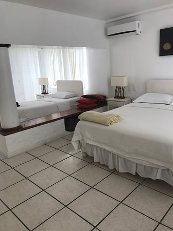 Casa Opuntia Galapagos: Room had double bed and twin bed.