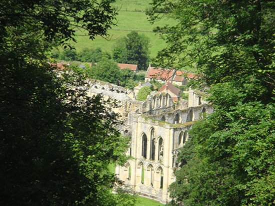 Helmsley, UK: Another view of the abbeys from the terrace, what a beautiful and stunning abbeys!