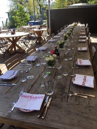 Thalwil, Swiss: langer Tisch an schattigem Platz mit Blick auf den Zürichsee