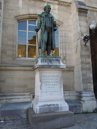 Monument a Nicolas Leblanc
