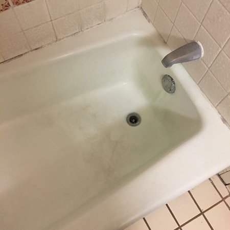 Covina, CA: Absolutely horrifying bathroom! Mild everywhere and ants would come out of the bathtub drain