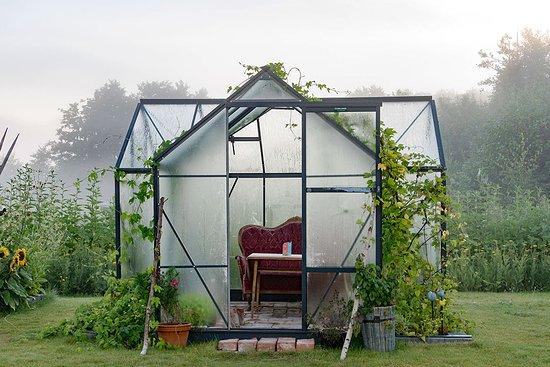Strängnäs, Sverige: Hos oss kan du sitta i ett växthus och fika eller äta din mat