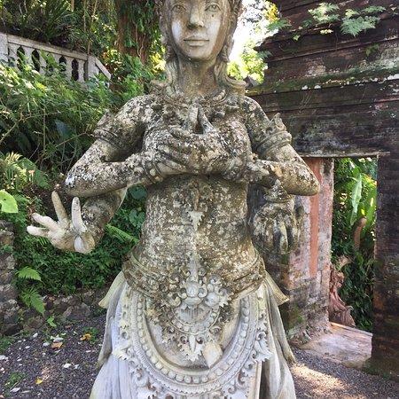Tirta Gangga: Beautiful statues