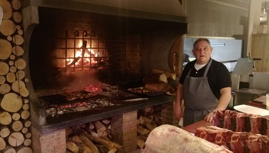 Settimo Milanese, Italie : Wonderful open fire where steaks are cooked