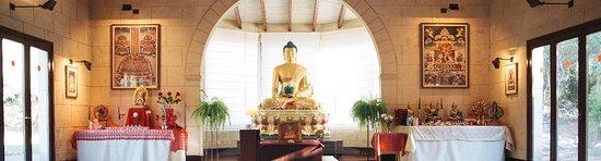 Mercadal, Spania: El altar del templo, con una precioso y gran estatua de Buda Shakyamuni, el fundador del budismo