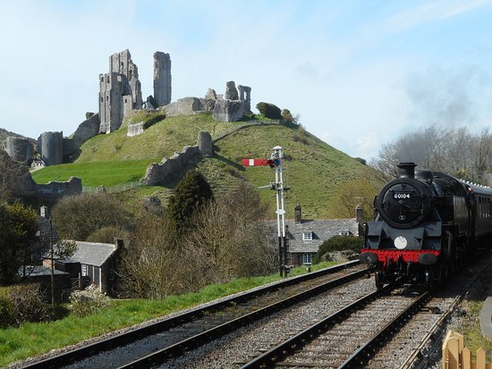 Swanage Railway: Standard tank coming into Corfe Castle station.