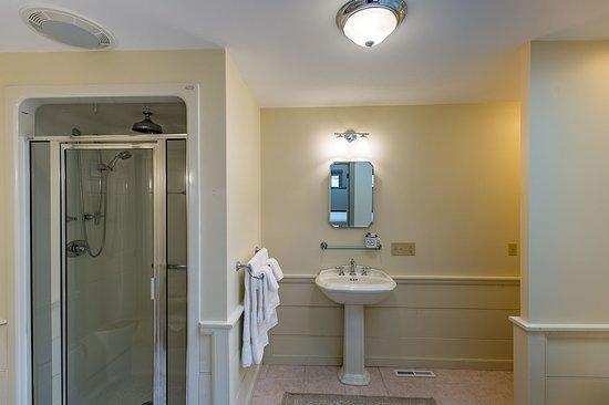 Granville, OH: Saratoga Suite Bathroom