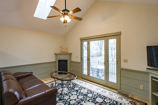 Granville, OH: Saratoga Suite Sitting Area with Queen Size Sleeper Sofa