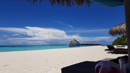 Moofushi Island: Von der Liege den Strand ins rechte Licht gesetzt