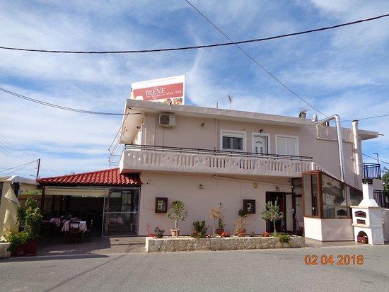 Chorafakia, Grecia: Widok na tavernę z parkingu
