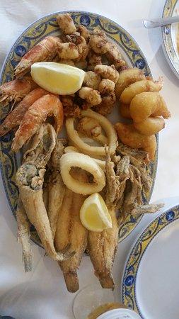 Galapagar, Spain: Fritura de pescado, es una ración,  para dos personas.