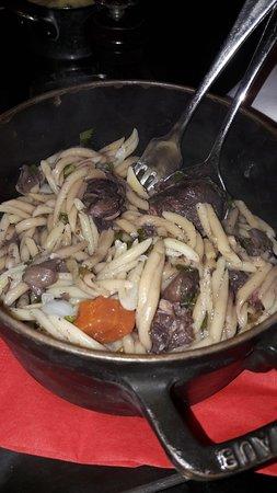 """L'Absinthe: Cocotte de joue de porc braisée au vin rouge, petites pâtes """"trofie"""""""