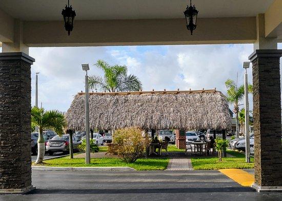 Florida City, FL: Outside sitting area