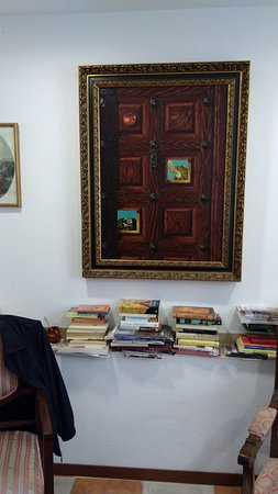 Hotel Don Paula: Cuadro y libros en zona de estar