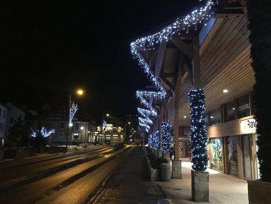 Alpina Eclectic Hotel & Spa: Die Winterdeko des Hotels bei Nacht