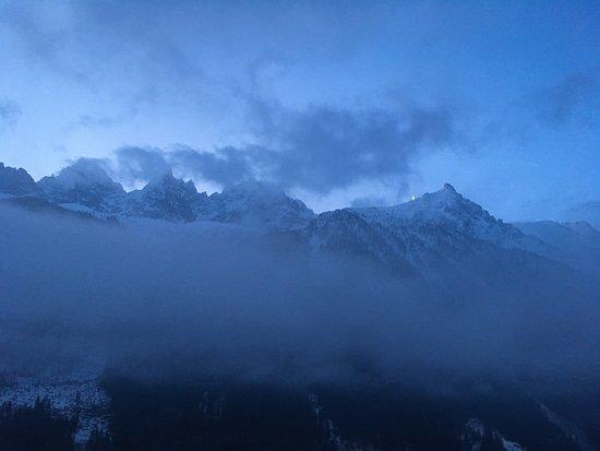 Alpina Eclectic Hotel & Spa: Das Mont-Blanc-Massiv am Morgen noch hinter Wolken