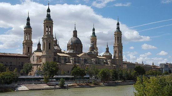 Basílica de Nuestra Señora del Pilar: Vista lateral de la Basílica Nuestra Señora del Pilar a orillas del Río Ebro.